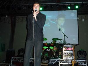 Congreso Conquistadores con Alex Campos en Cuenca .- El Ecuatoriano Vico Rodríguez, cantautor cristiano abrió el Concierto con una asistencia cerca de 2000 personas