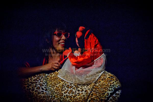 Tengamos Sexo en Paz 2 .- Un monologo genial realizado por la actriz cuencana Monserrath Astudillo.  La actriz cuencana Monserrath Astudillo nuevamente hablo de la sexualidad en su monólogo Sexo en paz 2.  La doctora Lola Puvis Lepu, luego de su gira por Europa, con más estudios de los temas amatorios, revelaro nuevamente las nuevas técnicas y prácticas de las relaciones de pareja, cómo son los hombres y las mujeres en la sexualidad, guardando la clase y el estatus, aunque ahora está más afrancesada, indicó Monserrath.