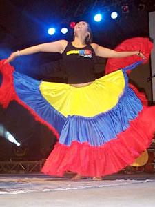 Congreso Conquistadores con Alex Campos en Cuenca .- Natalia Campos puso el toque de Danza en la noche del Concierto con bailes tradicionales de Colombia