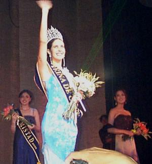 Reina de Cuenca 2002 .- María Victoria Arbeláez, saludando al público que se dio cita a la elección