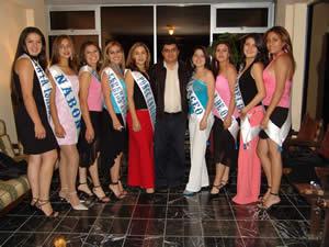 Elección de la Reina del Azuay 2005 .- Candidatas de Reina del Azuay 2005 en su visita a Cuencanos.com junto al su Gerente Enrique Rodas