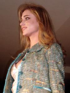 Elección de la Reina de Cuenca 2005 .- Carolina Vintimilla, representante de la Tercera División del Ejercito Tarqui, un su presentación en el desfile de modas en el Centro Comercial Mall del Río