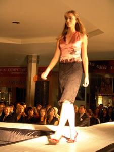 Elección de la Reina de Cuenca 2005 .- Carolina Vintimilla, candidata a Reina de Cuenca 2005, en el desfile en el Mall del Río luciendo colores y tendencias de la temporada