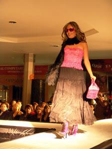 Elección de la Reina de Cuenca 2005 .- Paola Ordóñez, candidata a Reina de Cuenca 2005, en el desfile en el Mall del Río luciendo colores y tendencias de la temporada