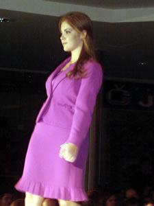 Elección de la Reina de Cuenca 2005 .- Ana María Crespo, candidata a Reina de Cuenca 2005, en el desfile en el Mall del Río luciendo colores y tendencias de la temporada