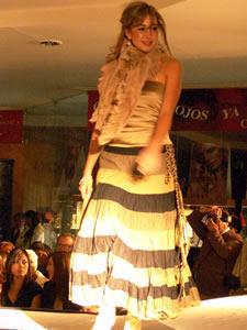 Elección de la Reina de Cuenca 2005 .- Andrea Crespo, representante de la Universidad del Pacifico, un su presentación en el desfile de modas en el Centro Comercial Mall del Río