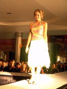 Elección de la Reina de Cuenca 2005 .- Andrea Crespo, candidata a Reina de Cuenca 2005, en el desfile en el Mall del Río luciendo colores y tendencias de la temporada