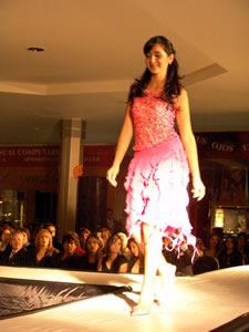 Elección de la Reina de Cuenca 2005 .- María José Pesantez, candidata a Reina de Cuenca 2005, en el desfile en el Mall del Río luciendo colores y tendencias de la temporada