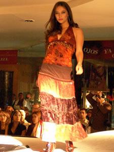 Elección de la Reina de Cuenca 2005 .- Daniela López, candidata a Reina de Cuenca 2005, en el desfile en el Mall del Río luciendo colores y tendencias de la temporada