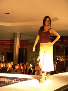 Elección de la Reina de Cuenca 2005 .- En la noche del 22 de Octubre las siete bellas aspirantes participaron en un desfile de modas organizado por el Centro Comercial Mall del Río donde igualmente fueron ovacionadas por el público asistente.
