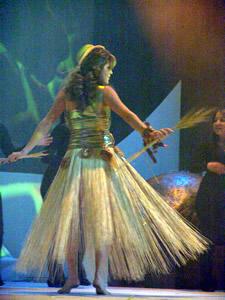 Elección de la Reina de Cuenca 2005 .- Paola Ordóñez, representante de la Cámara de Turismo, un su presentación en Traje Típico