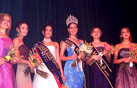 Reina de Cuenca 2002 .- Paola Cuesta, Andrea Loyola, María Belén Borrero (Srta. Confraternidad), María Victoria Arbeláez (Reina de Cuenca), Paula Silva (Srta. Amistad) y Tatiana Palacios