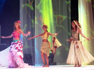 Elección de la Reina de Cuenca 2005 .- Las candidatas derrocharon belleza y elegancia durante la velada
