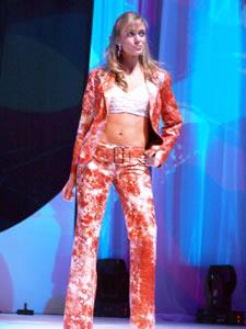 Elección de la Reina de Cuenca 2005 .- Carolina Vintimilla, representante de la Tercera División del Ejercito Tarqui, un su presentación en Traje Casual