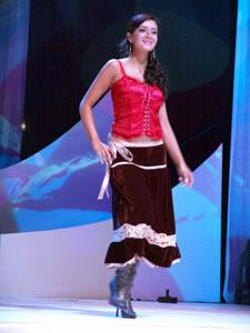 Elección de la Reina de Cuenca 2005 .- María José Pesantez, representante de ETAPA, un su presentación en Traje Casual