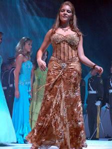 Elección de la Reina de Cuenca 2005 .- Ana María Crespo, representante de la Universidad del Azuay, un su presentación en Traje De Noche