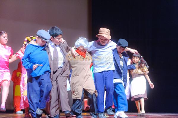 Obra de Teatro Los Coleccionistas por Los Andes .- En el teatro Carlos Crespi se realizo la obra de Teatro denominada los Coleccionistas interpretado por los estudiantes y profesores del Centro Educativo Los Andes, una obra teatral muy bonita donde los actores interpretaban escenas de clásicos del cine y televisión como son el Chavo, los tres chiflados, Charles Chaplin y mucho mas.