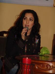 Pamela Cortés en Cuenca .- En el año 2000, Pamela empieza a trabajar en su nueva producción discográfica titulada –Con el Alma-, la cual lanza en el año 2001. Cosecha grandes éxitos en radios de Perú, Panamá, Costa Rica y Ecuador. Figura en los primeros lugares por varias semanas con su tema –Dicen-.