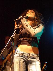 Pamela Cortés en Cuenca .- En 1994, con tan solo 13 años de edad, lanza su primera producción discográfica titulada –Alegría-, en la cual incluye una serie de temas propios de la etapa que todavía vive como –La Mariposa y el Caracol-, -Hoy es el Día de Alegría-, -Arco Iris-, entre otros