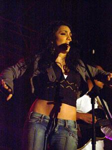 Pamela Cort�s en Cuenca .- En el a�o 2000, Pamela empieza a trabajar en su nueva producci�n discogr�fica titulada �Con el Alma-, la cual lanza en el a�o 2001. Cosecha grandes �xitos en radios de Per�, Panam�, Costa Rica y Ecuador. Figura en los primeros lugares por varias semanas con su tema �Dicen-.