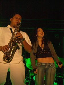 Pamela Cortés en Cuenca .- En 1999, Pamela, decide ir a la ciudad de Miami. Lugar que toma como centro de operación para su lanzamiento internacional. Recibe clases de canto, jazz desenvolvimiento escénico y actuación. Entra a la Universidad a estudiar –Music Business-.