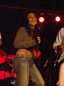 Pamela Cortés en Cuenca .- Entre 1996 y 1998, Pamela Cortés, realiza varios conciertos en vivo con todo su grupo en todo el país