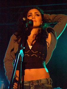 Pamela Cort�s en Cuenca .- Pamela Cortes, en 1996 lanza su segunda producci�n discogr�fica titulada �Mas all� del Sol-, en la que ya define el norte de su carrera como baladista pop-rock. De esa producci�n se destacan temas como �La vida es igual- y �Garabato-