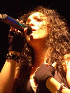Pamela Cortés en Cuenca .- Pamela Cortes, en 1996, recibe el Premio -Disco Rojo- como –Cantante del Año-.