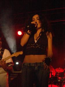 Pamela Cortés en Cuenca .- Pamela Cortes, en 1996 lanza su segunda producción discográfica titulada –Mas allá del Sol-, en la que ya define el norte de su carrera como baladista pop-rock. De esa producción se destacan temas como –La vida es igual- y –Garabato-