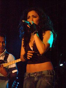 Pamela Cort�s en Cuenca .- Pamela Cortes, en 1996, recibe el Premio -Disco Rojo- como �Cantante del A�o-.