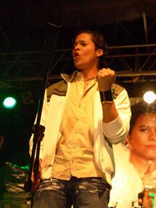 Jorge Luis del Hiero en Cuenca .- Jorge Luis, Formó parte de grupos de teatro y participó en presentaciones multitudinarias lo cual, afirma, le dio herramientas para desarrollarse como actor y cantante.