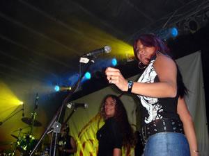 Vilma Palma y Vampiros .- La belleza argentina en el escenario demostró el talento y el ritmo fuerte en todas las canciones, hicieron un lindo homenaje a Cuenca, que las acogió con mucho cariño