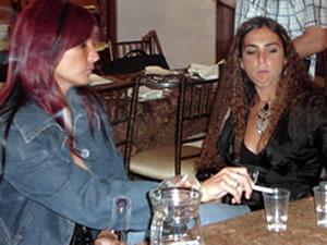 Vilma Palma y Vampiros .- Karina di Lorenzo y Natalia Benítez en su descanso después de haber deleitado con su belleza y talento