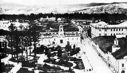 Fotos Cuenca Antiguo .- Vista hacia el oriente. Primer plano: Parque 'Abdón Calderón', a un costado de la calle Sucre. (1932).