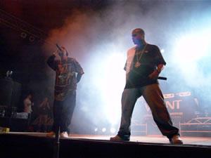Don Omar en Cuenca .- Luego de una corta espera se puso mejor la noche y fue el turno de Trébol Clan agrupación puertorriqueña que cantó temas como 'Agarrala', 'Gata Fiera','No Le Temas a El'.