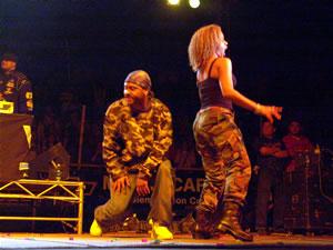 Don Omar en Cuenca .- Finalmente lo que todo el mundo esperaba Don Omar cuyo nombre verdadero es William Omar Landrón, cantante y compositor puertorriqueño subió al escenario con su grupo de bailarines que con coreografías sensuales contagiaron al público que coreó sus temas más conocidos Dale don dale, Pobre diabla, Dile, entre otras…