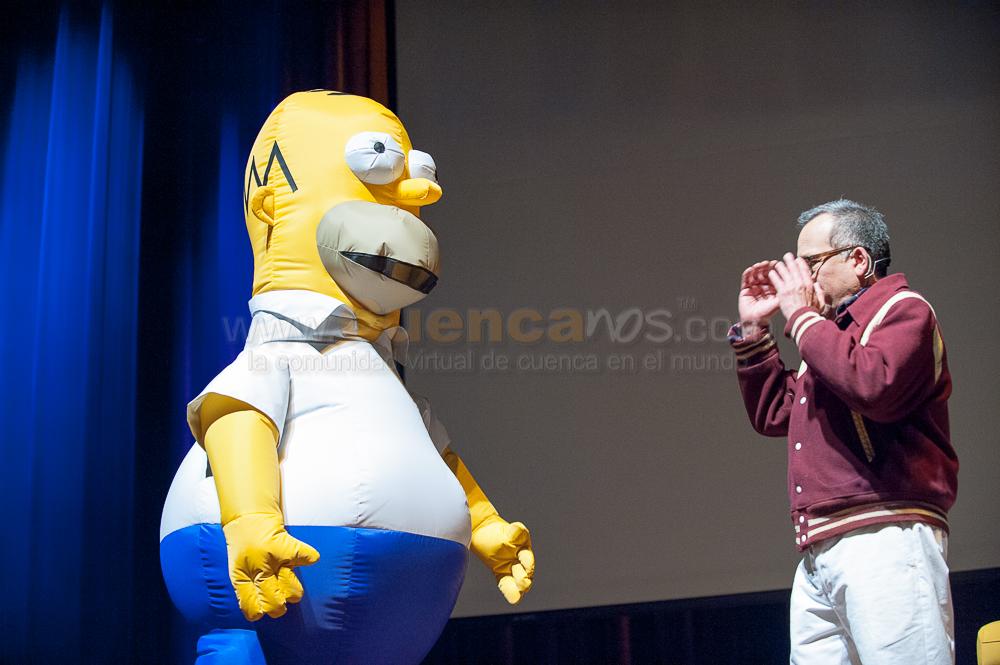 Humberto Velez voz Homero Simpson .- El mexicano Humberto Vélez, actor de doblaje que realizó la voz de Homero Simpson en la versión latinoamericana de la serie animada The Simpsons, estuvo en Cuenca para ofrecer su espectáculo de stand up comedy Me quiero volver chango, una de las frases célebres de Homero en la serie. Nacido en Veracruz, México, en 1955, Vélez, quien dobló la voz de Homero por 15 años, desde mayo de 1990 hasta mayo del 2005, realiza ahora espectáculos que incluyen las voces de muchos de los personajes que interpretó, en especial de Homero.