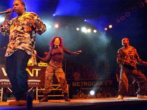 Don Omar en Cuenca .- Pese a que sobre sus letras ha pesado la acusación de fomentar la violencia e invitar al sexo, el ritmo fuerte, bailable y sensual que caracteriza al reggaeton (una fusión de la Salsa clásica, la tradicional Bomba puertorriqueña y el ritmo urbano del Hip Hop) le ha proporcionado éxitos de ventas y una gran popularidad. Su última contribución al género ha sido la canción Dale Don dale, con la que ha vendido más 60.000 copias de su álbum The last Don, que ocupó durante varias semanas los primeros puestos de la Billboard latina.