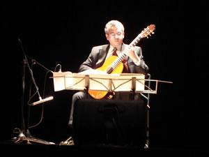1er Festival Internacional de Guitarra Clásica Cuenca .- Realizó estudios de guitarra bajo la dirección de Alberto Ponce en la ciudad de París donde además obtuvo el prestigioso Diploma Superior de Concertista de la Escuela Normal de Música