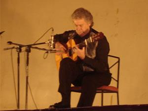 1er Festival Internacional de Guitarra Clásica Cuenca .- Radicado en Los Ángeles, G. Ríos ha interpretado como solista, y acompañado de prestigiosas orquestas en grandes escenarios como el Carnegie Recital Hall de Nueva York, en radio y televisión en todo los EE.UU.