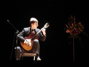 """1er Festival Internacional de Guitarra Clásica Cuenca .- Obtiene en el año 1999 el prestigioso """"Diplome Supérieur de la Executión"""" y, como consecuencia el """"Diplome Supérieur de Concertiste"""" en marzo del año 2000."""