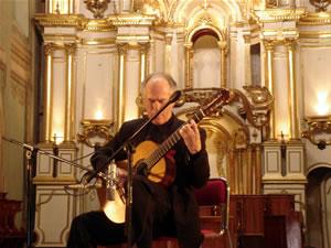 1er Festival Internacional de Guitarra Clásica Cuenca .- Nació en Checoslovaquia, pero abandono su país en 1989 en busca de libertad política y también para acercarse a sus influencias musicales internacionales.