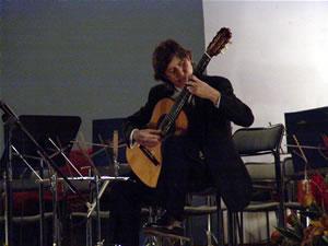1er Festival Internacional de Guitarra Clásica Cuenca .- Ganador del primer premio en cinco concursos internacionales de guitarra, entre los que destacan los prestigiosos Andrés Segovia, Francisco Tárrega y José Ramírez.