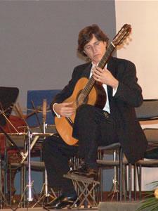 1er Festival Internacional de Guitarra Clásica Cuenca .- Durante el período 1983-1986, becado por el British Council y el Ministerio de Cultura español, desarrolló en Londres estudios de música antigua y de la música instrumental de J. S. Bach.
