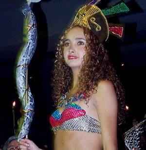 Reina de Cuenca 2002-2003 .- Andrea Palacios se exhibe en la pasarela en traje típico