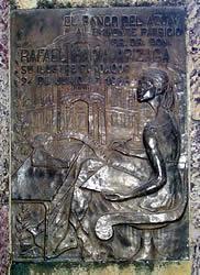 """Rafael María Arízaga .- El monumento muestra a Rafael María Arízaga en el gesto característico del tribuno y orador parlamentario. En el monumento constan tres placas de bronce con estas leyendas:' A RAFAEL MARIA ARIZAGA HOMENAJE DE SU CIUDAD Y DE SU PATRIA MCMLVIII'. 'EL PARTIDO CONSERVADOR ECUATORIANO AL SR. DR. RAFAEL MARIA ARIZAGA Insigne Luchador por los ideales de 'DIOS Y PATRIA' Asociándose al Homenaje Nacional que perpetúa su memoria en el bronce para ejemplo de las presente y futuras generaciones 24 de Junio de 1958'. 'EL BANCO DEL AZUAY AL EMINENTE PATRICIO SR. DR. DN. RAFAEL MARIA ARIZAGA SU ILUSTRE FUNDADOR 24 de Junio de 1958"""""""