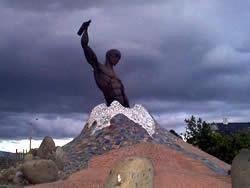 Dios Vulcano .- En la plaza del Herrero, en la que se destacan grandes monolitos de piedra se encuentra una escultura muy moderna que simboliza al dios Vulcano