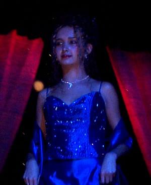 Reina de Cuenca 2002 .- Andrea Palacios luciendo un hermoso vestido en momentos previos a las preguntas finales