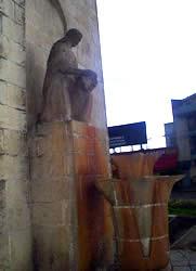 Chola Cuencana .- En el paramento posterior del Monumento a Hurtado de Mendoza, está la escultura pétrea de la Chola Cuencana, como representación de la idiosincrasia azuaya y en homenaje a la mujer del pueblo, un tanto relegada para muchos en muchos aspectos.