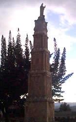 Cristo Rey .- El Monumento es el más alto de la Ciudad. Está construido en piedra, mármol y ladrillo, en forma de una pirámide de cuatro lados, oblonga, escalonada y dividida en cuatro grandes paneles, de mayor a menor, en cuyo borde superior se levanta la estatua en piedra de Cristo Rey que, con dos brazos abiertos, mira hacia la ciudad a la cual parece amparar. El monumento está situado en las alturas de Cullca (Bellavista) en la Plaza de Cristo Rey.